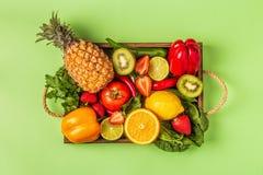 Vruchten en groentenrijken in vitamine C in doos stock foto