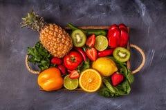 Vruchten en groentenrijken in vitamine C in doos stock fotografie