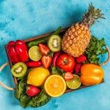 Vruchten en groentenrijken in vitamine C in doos royalty-vrije stock foto's