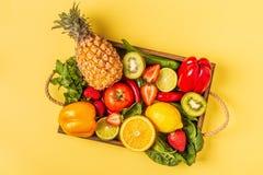 Vruchten en groentenrijken in vitamine C in doos stock afbeelding