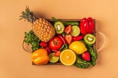 Vruchten en groentenrijken in vitamine C in doos stock afbeeldingen