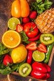Vruchten en groentenrijken in vitamine C in doos royalty-vrije stock fotografie