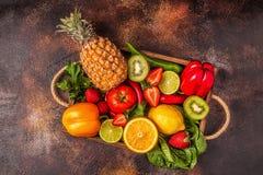 Vruchten en groentenrijken in vitamine C in doos stock foto's