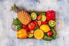 Vruchten en groentenrijken in vitamine C in doos royalty-vrije stock foto