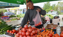 Vruchten en groentenverkoper op een markt Stock Foto