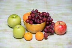 Vruchten en Kom op Houten Lijst Stock Foto