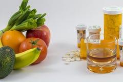 Vruchten en veggies en Alcohol en pillen Royalty-vrije Stock Afbeeldingen