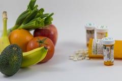 Vruchten en veggies en pillen Stock Fotografie