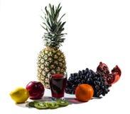 Vruchten en vruchtensap op witte achtergrond worden geïsoleerd die Stock Foto's