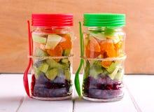 Vruchten gelaagd in glaskruiken stock afbeelding