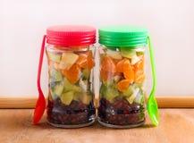 Vruchten gelaagd in glaskruiken aan meeneem stock foto's