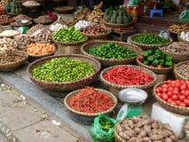 Vruchten, groenten, kruidige peper, zaden en kruiden voor verkoop op de straat Stock Foto