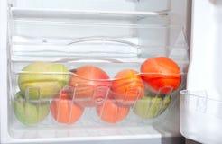 Vruchten in koelkast. Stock Afbeelding