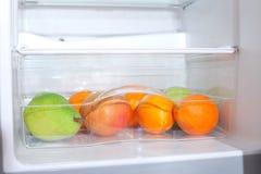Vruchten in koelkast. Stock Foto