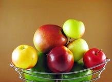 Vruchten in mand stock fotografie