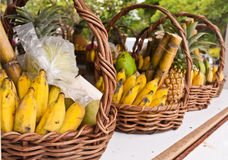 Vruchten in mand op uit overgehelde planken Stock Foto