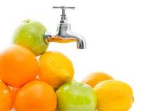 Vruchten met metaalkraan in appel op witte achtergrond Royalty-vrije Stock Afbeeldingen