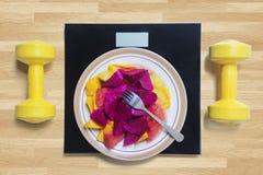 Vruchten met schaal en domoren op lijst Stock Afbeeldingen