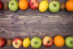 Vruchten op bovenkant en bodem van de lijst royalty-vrije stock afbeeldingen