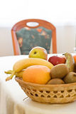 Vruchten op de lijst stock afbeelding