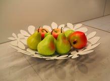 Vruchten op de plaat als decoratie van de keukenlijst stock foto's