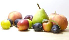 Vruchten op de witte achtergrond. Stock Afbeeldingen