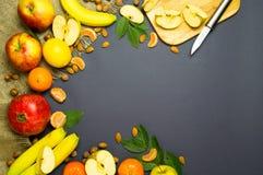 Vruchten op een blauwe achtergrond Royalty-vrije Stock Afbeeldingen