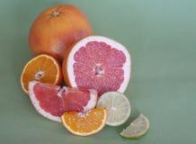 Vruchten op een lichte achtergrond Royalty-vrije Stock Afbeeldingen