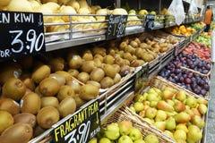 Vruchten op een rek in een supermarkt worden verkocht die Royalty-vrije Stock Fotografie