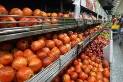 Vruchten op een rek in een supermarkt worden verkocht die Royalty-vrije Stock Foto's