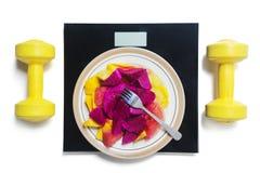 Vruchten op plaat met schaal en domoren Stock Fotografie