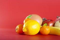 Vruchten op rood Stock Afbeelding