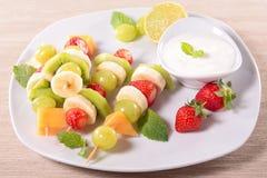 Vruchten op stokken stock foto