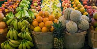Vruchten op vertoning in de markt van de landbouwer Stock Afbeelding
