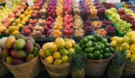 Vruchten op vertoning in de markt van de landbouwer Stock Foto's