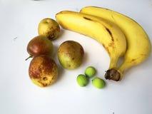 Vruchten op witte achtergrond royalty-vrije stock foto's