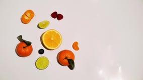 Vruchten op witte geïsoleerde die achtergrond worden geanimeerd stock video