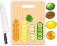 Vruchten plakken en mes op het hakbord Royalty-vrije Stock Foto