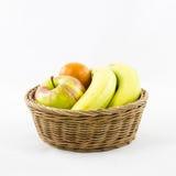 Vruchten samenstelling in rieten mand Royalty-vrije Stock Foto's
