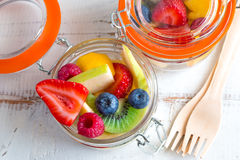 Vruchten snacks op kruiken Stock Foto