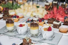 Vruchten, snoepjes en dranken op de lijst stock afbeelding
