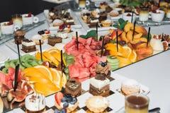 Vruchten, snoepjes en dranken op de lijst royalty-vrije stock fotografie