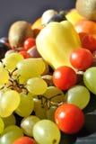 Vruchten tegenover groenten Stock Afbeeldingen