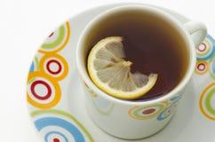 Vruchten thee met stuk van citroen in witte mok Stock Fotografie