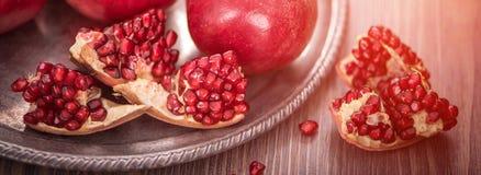 Vruchten van de Cuted de verse granaatappel op houten rustieke achtergrond banner maket Selectieve nadruk royalty-vrije stock foto's