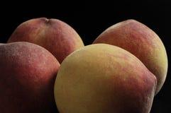 Vruchten, Verscheidene perziken met een zwarte achtergrond Royalty-vrije Stock Fotografie