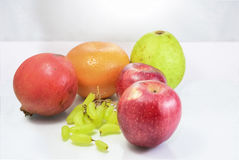 Vruchten Voedsel op Geïsoleerd die wit wordt geschikt - Royalty-vrije Stock Foto
