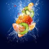 Vruchten in water stock afbeelding