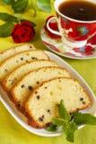 Vruchtencake met chocolade en kop thee Royalty-vrije Stock Fotografie