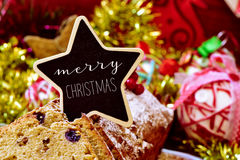 Vruchtencake met een uithangbord met tekst vrolijke Kerstmis die wordt bedekt Royalty-vrije Stock Foto